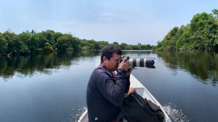 Ricardo Oliveira posa com câmera durante um dos seus trabalhos singrando rios da Amazônia (Arquivo Pessoal)