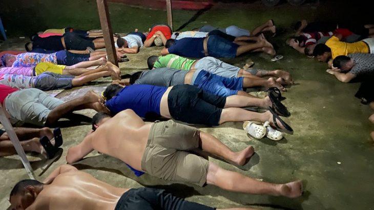 O evento reunia aproximadamente 50 pessoas. Dois organizadores do evento foram presos e participantes foram deixados ao chão no momento que a polícia chegou (Divulgação/ SSP-AM)