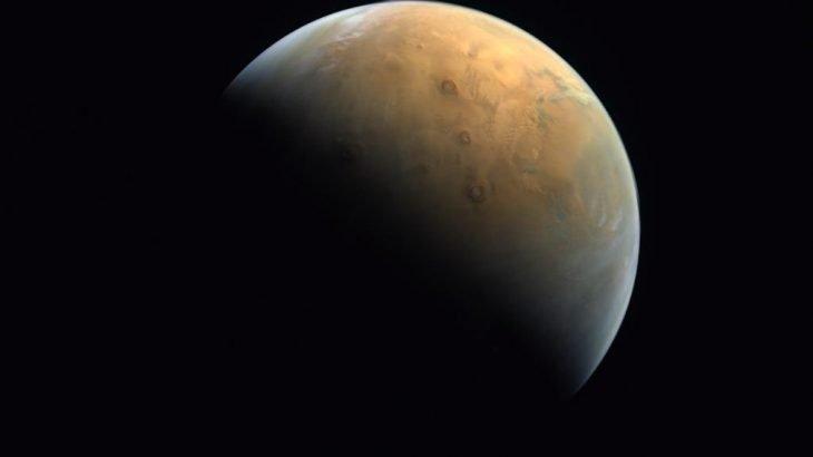 Foto divulgada pelos Emirados Árabes como a primeira de sua missão Esperança do planeta Marte (Reprodução/ Twitter)