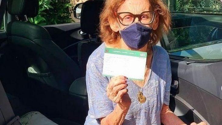A atriz Laura Cardoso, de 93 anos, exibe, orgulhosa, o comprovante de vacinação contra a Covid-19 em SP (Foto: Acervo pessoal)