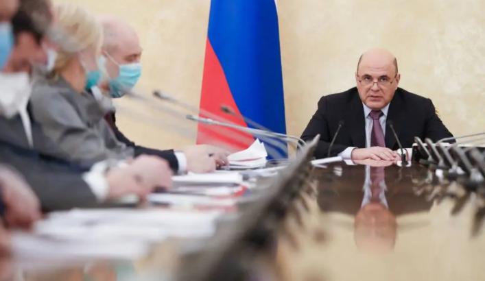 Primeiro-ministro russo, Mikhail Mishustin, preside a reunião sobre vacinas contra a covid-19. (Reprodução/AFP)
