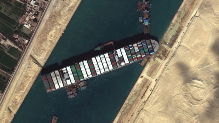 Visão de satélite do navio Ever Given encalhado no Canal de Suez, no Egito, no dia 27 de março (Reprodução/G1)