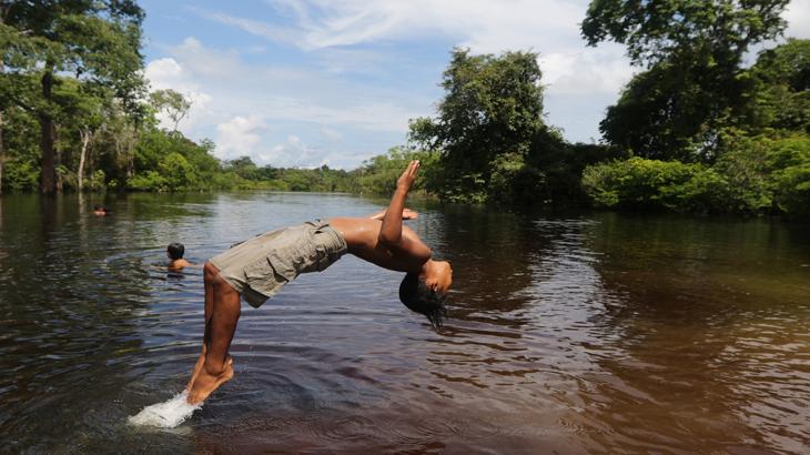Criança ribeirinha da comunidade Bauana na reserva Uacari no médio Juruá no estado do Amazonas