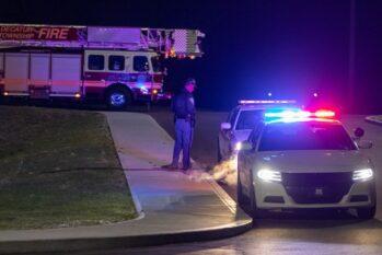 Policial guarda perto de viaturas, do lado de fora do prédio da FedEx em Indianápolis, nos Estados Unidos (Reprodução/Agência Brasil)