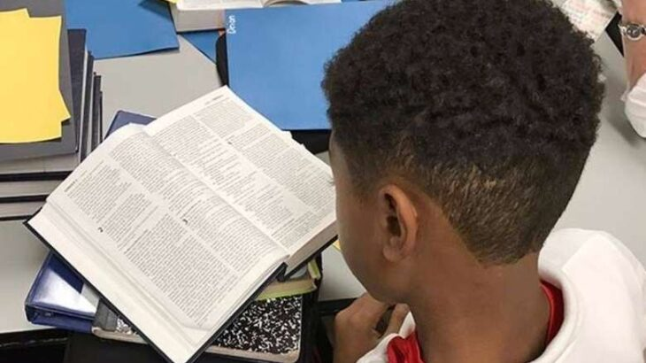 Menino lê bíblia em escola (Reprodução/Internet)