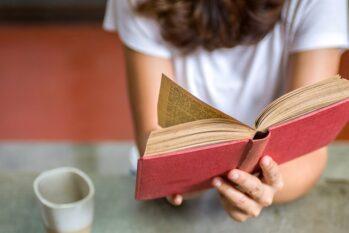 Curadoria de livros com protagonismo feminino busca incentivar meninas a entrar no campo científico (Reprodução/Internet)