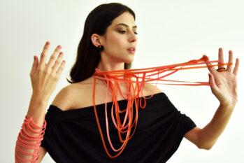 O kit Especial Dia das Mães inclui um colar Seringueira e um anel concha (Divulgação/Flavia Amadeu)