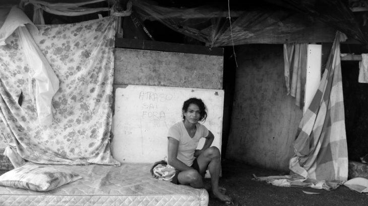 Ágata Ferreira não conseguiu receber auxílios sociais e tem vivido nas ruas de Manaus (Ricardo Oliveira/Revista Cenarium)
