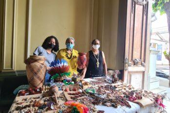 Artistas do grupo Arts Regionais da Amazônia em exposição no Palácio Rio Branco, no Centro Histórico de Manaus (Alessandra Leite/Revista Cenarium)