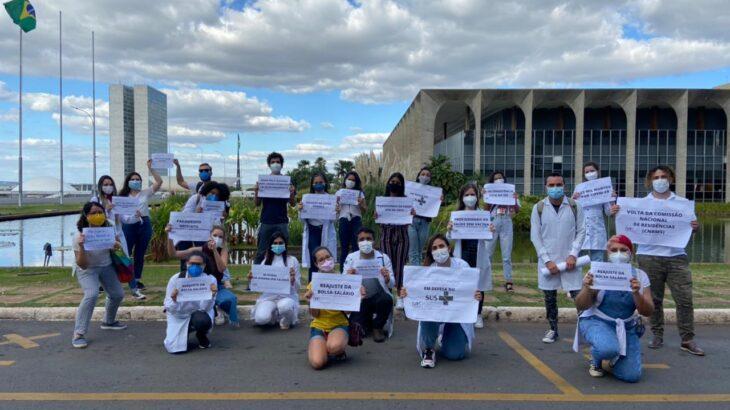 Residentes protestam em frente ao Ministério da Saúde no 6º dia de greve nacional (Reprodução/FNRS)