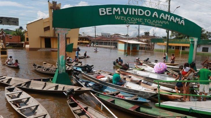 As ruas da cidade ficam tomadas principalmente por canoas e botes (Ricardo Oliveira/Revista Cenarium)