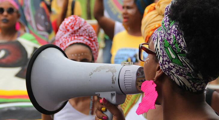 A pluralidade de vozes e vivências possibilita a construção de um serviço público que combata às desigualdades sociais (Reprodução/Internet)