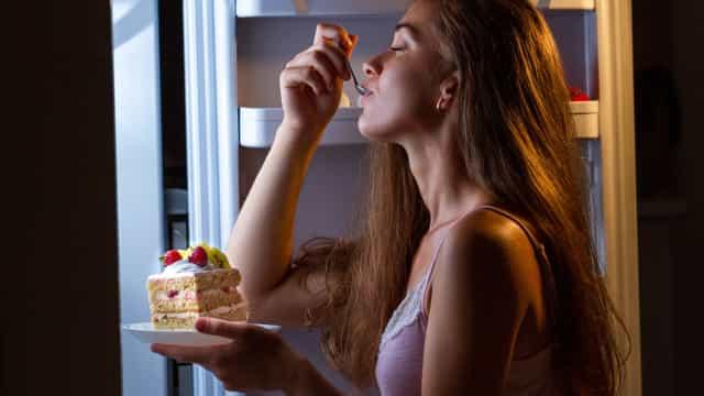 A busca pelo alimento como forma de compensação é algo comum por quem sofre de ansiedade (Reprodução/Internet)