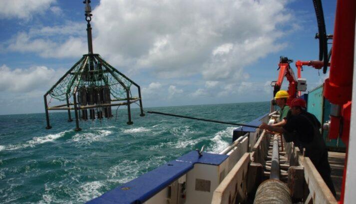 Resultados do estudo conduzido na USP ajudam a prever o futuro climático da região (coleta de amostras de sedimentos marinhos próxima à desembocadura do rio Parnaíba (Cristiano Chiessi/Arquivo Pessoal)