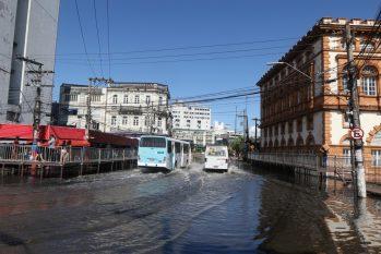 Avenida Epaminondas em Manaus, trânsito teve que ser alterado para veículos menores para avenida Sete de setembro. (Ricardo Oliveira/Revista Cenarium)