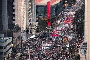Manifestantes durante ato contra Jair Bolsonaro na avenida Paulista, em São Paulo (Bruno Santos/Folhapress)