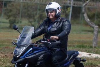 De moto, neste feriado, Bolsonaro foi a uma igreja e promoveu aglomeração (Jair Bolsonaro em passeio de moto (Arthur Menescal/Especial Metrópoles)
