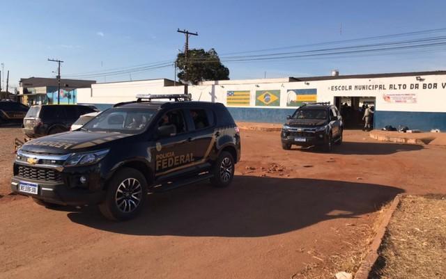 Carros da PF saindo da base de comando de buscas a Lázaro Barbosa, em Cocalzinho de Goiás (Vitor Santana/G1 GO)