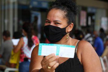 A dona de casa Cleoza Maria Guimarães dos Santos, 54, após receber a primeira dose da vacina contra a Covid-19 na manhã de domingo, 13, no Centro de Convivência da Família Padre Pedro Vignola, na Cidade Nova, zona Norte de Manaus (Divu