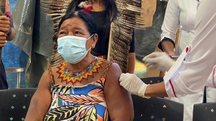 Senhora indígena recebendo a dose da vacina contra a Covid-19 (Marcos Fabrício/Prefeitura de Maricá)