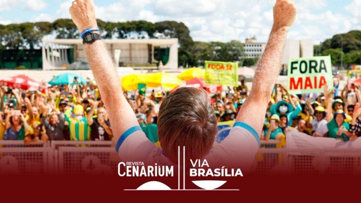 O presidente Jair Bolsonaro cumprimenta manifestantes aglomerados em frente ao Palácio do Planalto, em Brasília, 2020. (Sérgio Lima/Poder 360)
