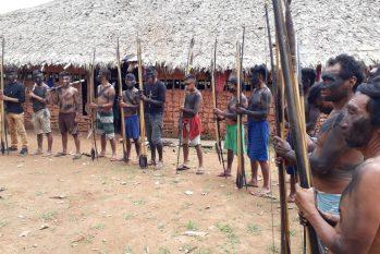Equipe de reportagem foi recebida em Palimiú por indígenas desconfiados e amendrontados, empunhando armas, como flechas (Marcelo Marques)