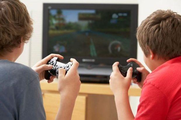 Crianças brincando com videogame (Reprodução/Thinkstock)