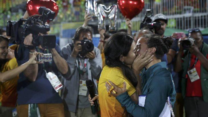 Isadora Cerullo, da seleção brasileira de rúgbi, é pedida em casamento por Marjorie Enya após a cerimônia das medalhas da modalidade nos Jogos Olímpicos do Rio-2016 (Alessandro Bianchi/Reuters)