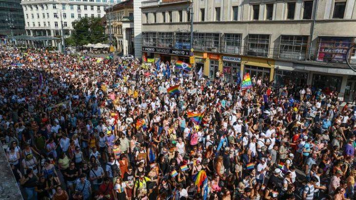 Milhares de pessoas participara da parada contra leis anti-LGBTs em Budapest (Ferenc Isza/ AFP)