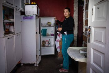 Barbara da Silva, moradora de Heliópolis, tem dependido de doações durante a pandemia (Zanone Fraissat/Folhapress)