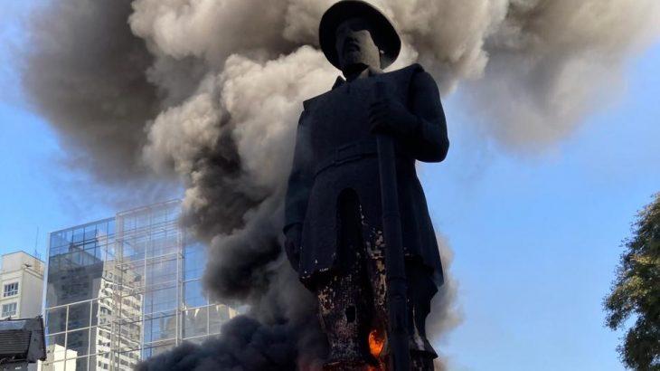 A estátua foi incendiada como forma de protesto contra o bandeirante (Gabriel Schlickmann)
