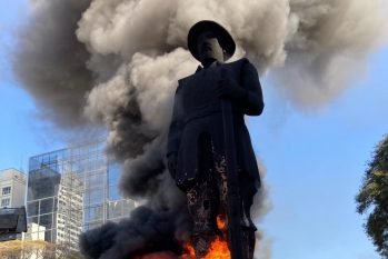 A estátua foi incendiada por um grupo de manifestantes (Gabriel Schlickmann)