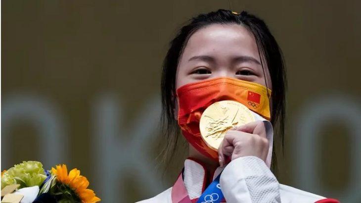 Qian Yang, da China, do tiro esportivo, foi a primeira medalhista de ouro nesta edição das Olimpíadas (Alex Brandon/AP)