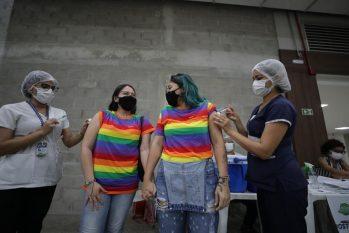 Casal recebendo a vacina contra a Covid-19 (Tácio Melo/Secom)