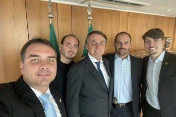 Jair Bolsonaro e os filhos Flávio, Carlos, Eduardo e Jair Renan (Reprodução/@flaviobolsonaro)