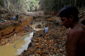 Indígena Yanomami em mina de ouro na Amazônia (REUTERS/Bruno Kelly)