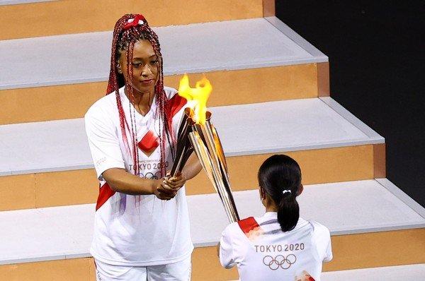 Naomi Osaka, tenista japonesa que acendeu a pira olímpica na abertura dos jogos em Tóquio (Reprodução/ Reuters-Mike Blake)