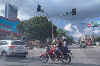 Condutor passeia pela avenida Duque de Caxias, no bairro da Pedreira, sem o capacete (Danilo Alves/Cenarium)