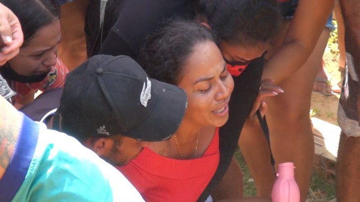 Gleice Lima chorou e pediu justiça durante o enterro do filho, Gabriel Santos (Jander Souza/Revista Cenarium)