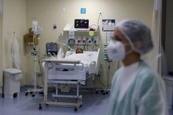 Paciente internado na UTI do Hospital Ronaldo Gazolla em Acari (Pilar Olivares/Reuters)