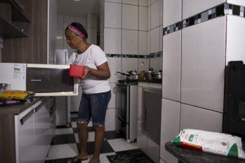 Vera Cristina Paz passou a vender marmitas depois que fechou seu restaurante, em março de 2020. (Maria Isabel Oliveira/O Globo)