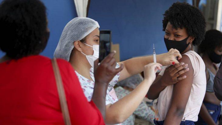 Vacinação em população de 18 anos ou mais no Polo Sanitário Washington Luiz, São Gonçalo, Rio de Janeiro (Fabiano Rocha/Agência O Globo)