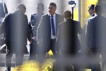 O presidente Jair Bolsonaro conversa com apoiadores no Palácio da Alvorada (Cristiano Mariz/Agência O Globo)