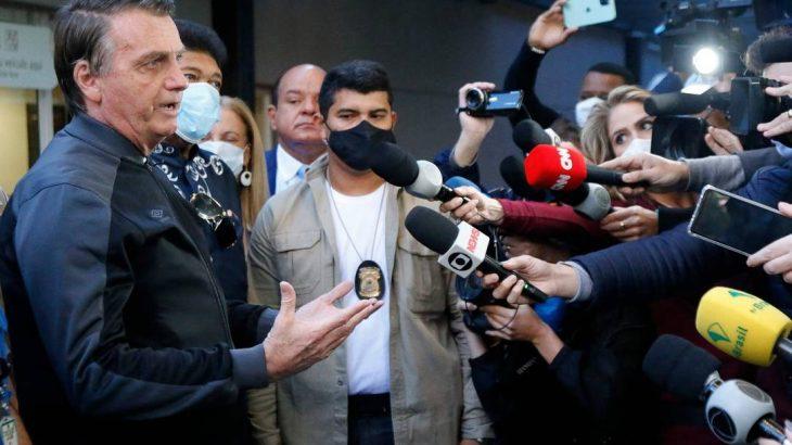 Sem máscara, Bolsonaro conversa com jornalistas na saída do Hospital Vila Nova Star, em São Paulo (Miguel Shincariol/AFP)