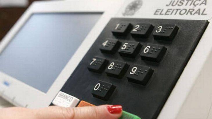 Eleitora vota em urna eletrônica  (Reprodução/O Globo)
