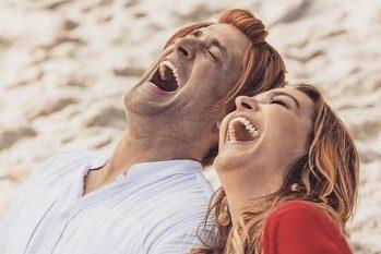 A atriz Mônica Martelli, uma de suas melhores amigas, publicou uma foto no  seu perfil do Instagram em que os dois estão felizes (Reprodução/O Globo)