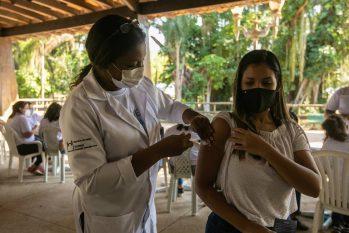 Vacinação em massa com a vacina Astrazeneca (Brenno Carvalho/Agência O Globo)