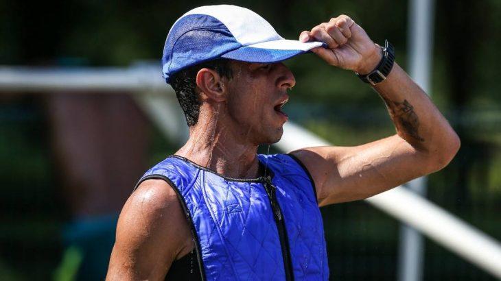 O maratonista Paulo Robertose refresca com boné e colete com gelo (Lucas Mazzo/COB)