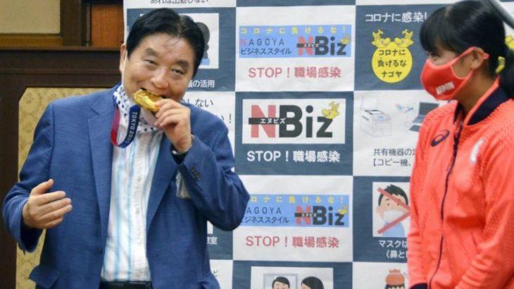 O prefeito Takashi Kawamura mordeu a medalha de Miu Goto, durante um evento (KYOTO/REUTERS)