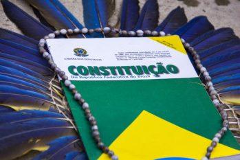 Constituição Federal com cocar indígena (Reprodução/Apib)